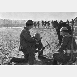 日本軍の侵略に対抗するため地雷を敷設する共産党軍(C)Mary Evans/Grenville Collins Postcard Collection/共同通信イメージズ