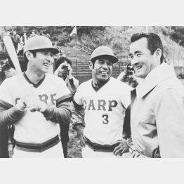 カープの日南キャンプを訪問し、山本(左)、衣笠と笑顔で話す長嶋氏(C)共同通信社