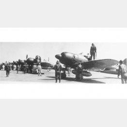 ゼロ戦52型の周囲に立つパイロットと整備士(C)aviation-images.com/Mary Evans Picture Library/共同通信イメージズ