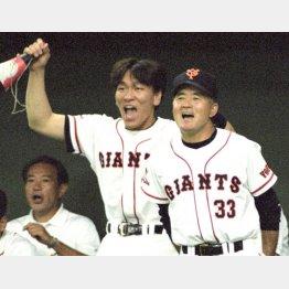 1996年、長嶋監督(右)と4年目の松井(C)共同通信社