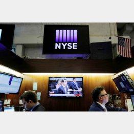 ムニューチン米財務長官のニュースが流れるニューヨーク証券取引所(C)ロイター