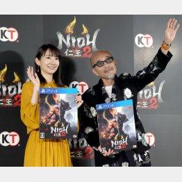 「仁王2」完成発表会に出席した波瑠と竹中直人(C)日刊ゲンダイ