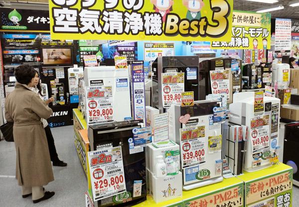 家電量販店の売り場に並ぶ各社の空気清浄機(C)共同通信社