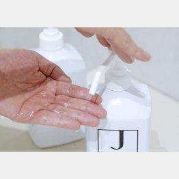 アルコール消毒は必ず乾いた手で行うこと(C)日刊ゲンダイ