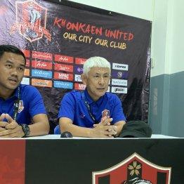 試合後の会見では通訳をともなって英語でコメントする