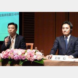 レナウンの北畑稔会長(右)/(中国企業との提携発表時=2010年)/(C)共同通信社