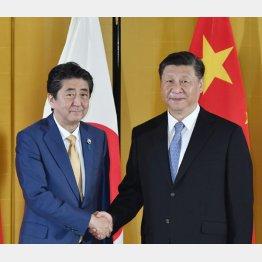 手を握るか(安倍首相と習近平国家主席)/(C)JMPA