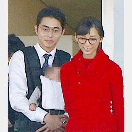 東出昌大(左)と杏(C)日刊ゲンダイ