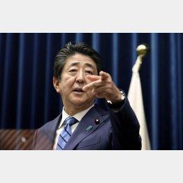 茶番シナリオ(14日、新型コロナウイルスの感染拡大を巡る記者会見で、質問者を指名する安倍首相)/(代表撮影)