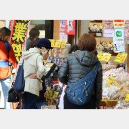 買い物は「必要な物だけ」/(C)日刊ゲンダイ