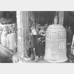 太平洋戦争直前の1941年9月1日に施行された金属類回収令により、寺院の梵鐘から家庭の鍋釜に至るまで軍需用資材として、利用可能な金属類は根こそぎ供出させられた(C)共同通信社