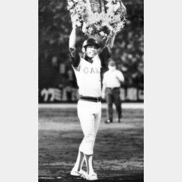 1983年8月、2000安打を放ち、花束を掲げる衣笠(C)共同通信社