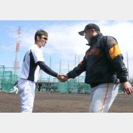 巨人・阿部二軍監督と握手を交わす鳥谷(左)/(C)日刊ゲンダイ