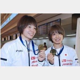 全英女子ダブルス優勝の福島(右)と広田(C)日刊ゲンダイ