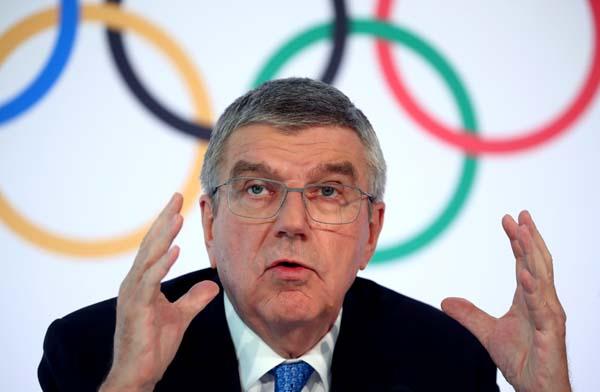 IOC臨時理事会後、会見するバッハ会長(C)ロイター