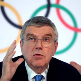 IOC臨時理事会後、会見するバッハ会長