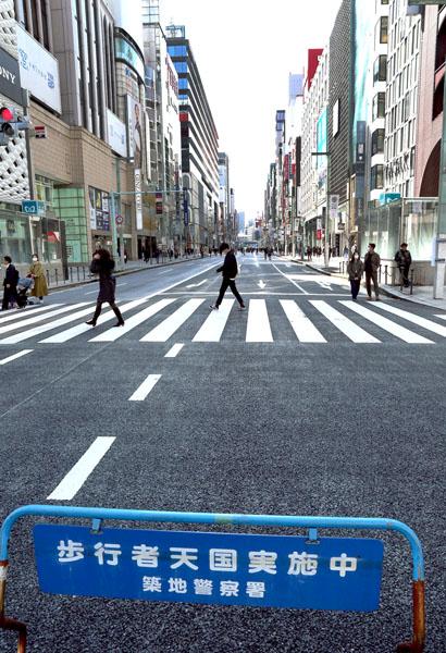繁華街から人出が消えた(東京・銀座)/(C)日刊ゲンダイ
