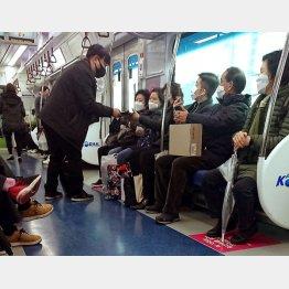 地下鉄の車内で露天商がマスク売り(C)日刊ゲンダイ