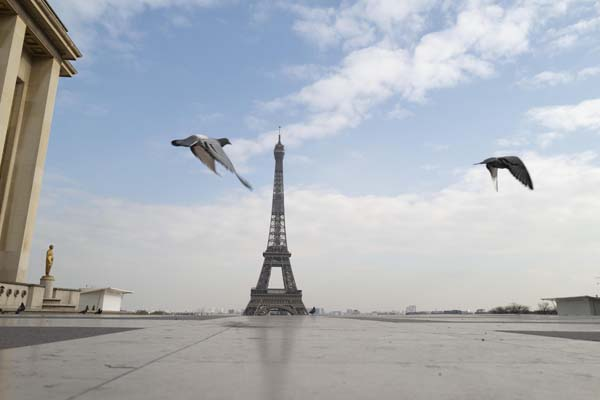 フランス政府が外出制限を開始した後に人けがなくなったパリのトロカデロ広場とエッフェル塔(C)ゲッティ=共同