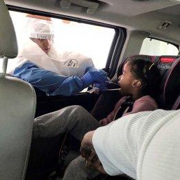 NY州でコロナウイルス検査を受ける子ども(C)ロイター