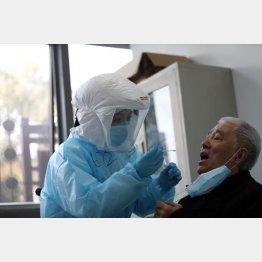 日本では検査件数が増えない(新型コロナウィルスの検査をする中国・武漢市の病院) (C)Featurechina/共同通信イメージズ