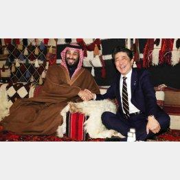 似たもの同士(安倍首相とサウジアラビアのムハンマド皇太子)(代表撮影・共同)