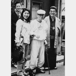 左から神田紅さん、松鯉師匠の妹弟子の神田昌味さん、神田山陽師匠、本人(提供写真)