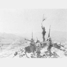 日中戦争で渉県を占拠して万歳する日本兵(C)共同通信社