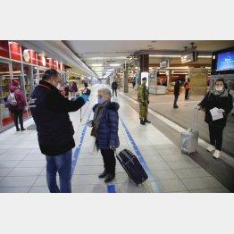 伊ミラノ駅で警備員から体温チェックを受ける乗客(写真はイメージ=ロイター)