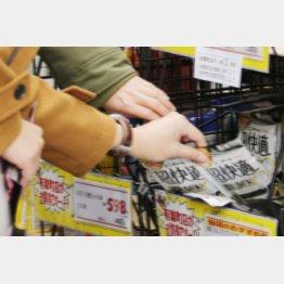 マスクを買い求める人々(C)日刊ゲンダイ
