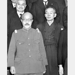 東條英機首相(左)と原嘉道枢密院議長(1942年1月19日、首相官邸)/(C)共同通信社