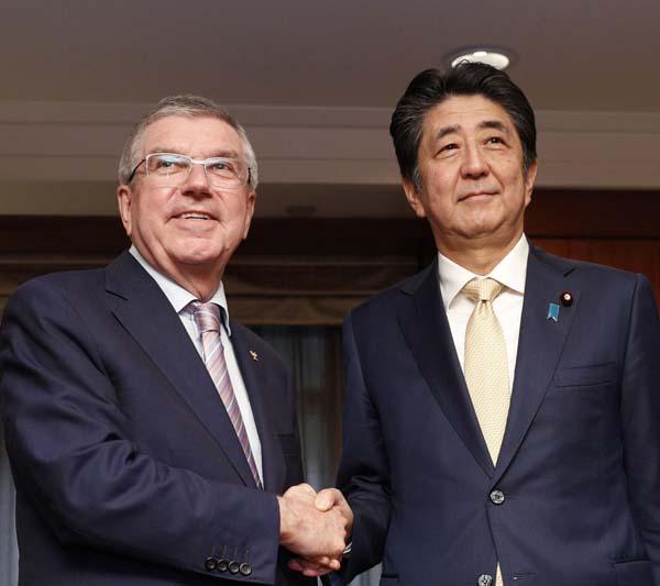 安倍首相がバッハ会長(左)に延期を提案しただけに…(C)共同通信社