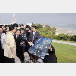 鳩山首相は2010年5月4日の沖縄入りで「辺野古回帰」を表明(C)共同通信社