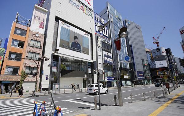 東京・新宿東口もひっそり…あと2年続くとしたら(C)日刊ゲンダイ