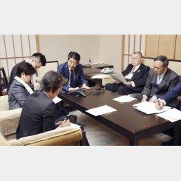 東京五輪がコロナ対応に影響(IOCのバッハ会長と電話会談する安倍首相ら)/(提供)内閣広報室