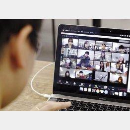 ICT利用教育はOECD等47か国中、日本は46位、オンライン授業も…(写真は先駆けで行われている角川ドワンゴ学園N高等学校のオンライン英語授業)/(C)共同通信社