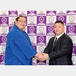 2018年3月場所で新十両昇進を決めた白鷹山と握手を合わす高田川親方(C)共同通信社