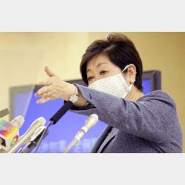 記者会見で、記者を指名する小池都知事(C)日刊ゲンダイ