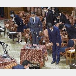 閣僚のマスクはバラバラ(C)共同通信社