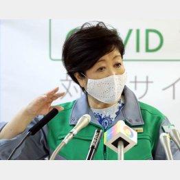 1日には勝負カラーの緑で会見(C)日刊ゲンダイ