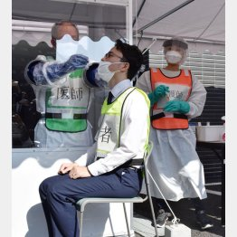 5日は検査実施人数わずか109人(写真は、岡山市の検体採取のデモンストレーション)/(C)共同通信社