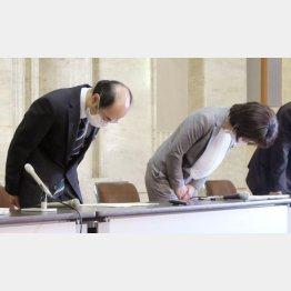 個人情報の誤掲載について、謝罪する愛知県の吉田宏保健医療局長(左)ら(C)共同通信社