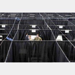 全米テニス会場は現在、新型コロナウイルスの医療拠点。会場の屋内コートは仕切られた病床に(C)ロイター=共同