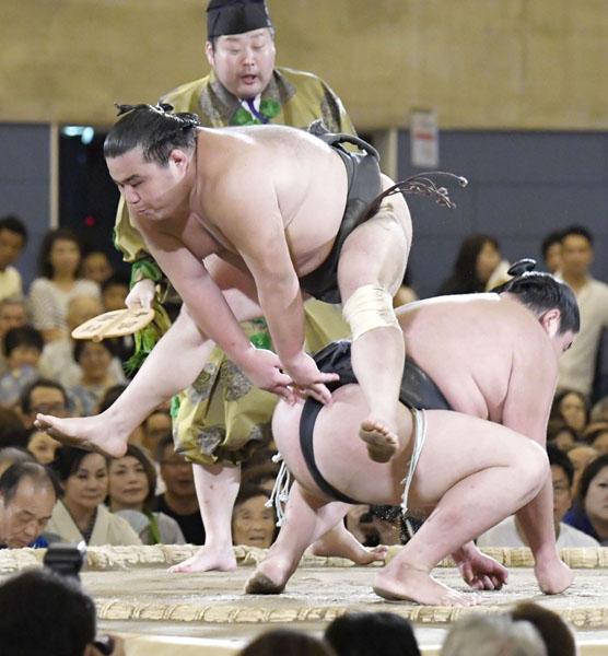 初っ切りで観客を沸かせる勝武士(左)/(C)共同通信社