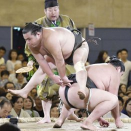 初っ切りで観客を沸かせる勝武士(左)