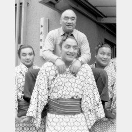 父の先々代井筒親方を担ぐ3兄弟(左から鶴嶺山、寺尾、逆鉾)/(C)共同通信社