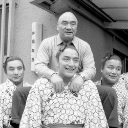 父の先々代井筒親方を担ぐ3兄弟(左から鶴嶺山、寺尾、逆鉾)/