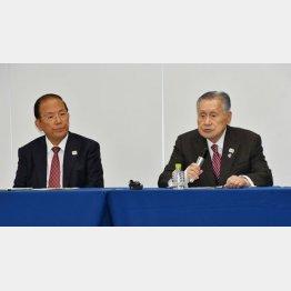 組織委員会の武藤事務総長(左)と森会長(C)日刊ゲンダイ