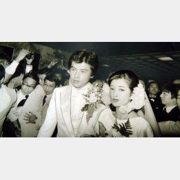結婚式での山口百恵と三浦友和(1980年11月19日)/(C)日刊ゲンダイ