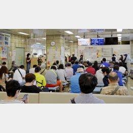 10万円給付のために、マイナンバーの手続きに訪れた住民らで混雑する東京都品川区役所のロビー(C)共同通信社